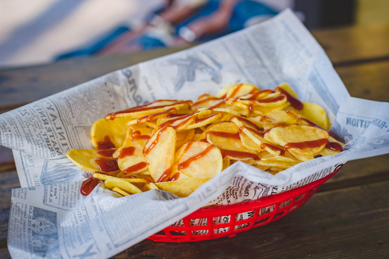 basket of pub chips with sauce 800
